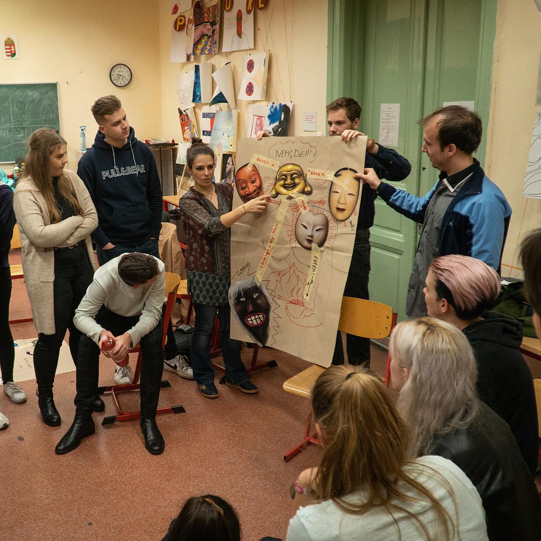 Mit mond a gimiseknek egy Pintér Béla-előadás? – A Szkéné beavató programján jártunk